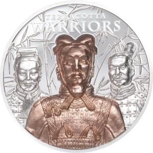 Věhlasná Terakotova armáda na exkluzivní stříbrné minci parciálně zušlechtěné ryzím zlatem s vysokým reliéfem