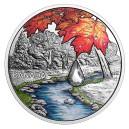 Fascinující scenerie s kanadským javorovým listem a krystalem Swarovski ve tvaru kapky rosy