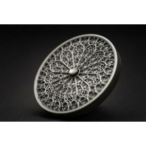 Umění mandala s gotickým vyobrazením rozety - fascinující a detailně zpracovaná mince s drahokamem