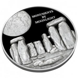 Věhlasný Stonehenge v měsíčním svitu na atraktivní stříbrné minci s reliéfem