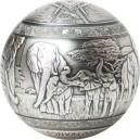 Exkluzivní stříbrná mince sférického tvaru s vyobrazením slonů v přírodě